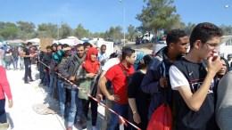Πρόσφυγες περιμένουν στο πρώτο ελληνικό hot spot Κέντρο Πρώτης Υποδοχής για τους μετανάστες και τους πρόσφυγες, στο κέντρο της Μόριας στη Λέσβο. ΑΠΕ ΜΠΕ/ΣΤΡΑΤΗΣ ΜΠΑΛΑΣΚΑΣ