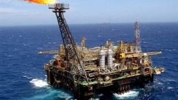 Οι τιμές του πετρελαίου αυξάνονται καθώς οι ΗΠΑ προετοιμάζονται για τον τυφώνα Χάρβεϊ. EPA/MARCELO SAYAO