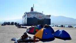 Πρόσφυγες και μετανάστες έχουν τοποθετήσει σκηνές στο λιμάνι της Μυτιλήνης, την Τετάρτη 4 Νοεμβρίου 2015. Εκρηκτική η κατάσταση στο λιμάνι της Μυτιλήνης, περισσότεροι από 15.000 μεταναστες και πρόσφυγες εγκλωβισμένοι λόγω της απεργίας της ΠΝΟ περιμένουν να βρουν μέσο να φύγουν για τον Πειραιά ή την Καβάλα, πολλοί από αυτούς ζουν στο λιμάνι και στους δημόσιους χώρους της πόλης. ΑΠΕ- ΜΠΕ/ ΑΠΕ-ΜΠΕ /ΣΤΡΑΤΗΣ ΜΠΑΛΑΣΚΑΣ