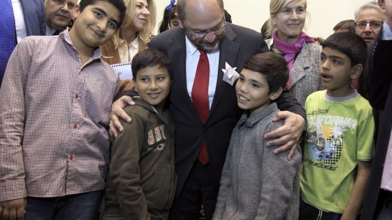 Φωτογραφία αρχείου. Ο πρόεδρος του Ευρωπαϊκού Κοινοβουλίου Μάρτιν με  προσφυγόπουλα κατά την πρόσφατη επίσκεψή του στην Ελλάδα. ΑΠΕ-ΜΠΕ/ΑΠΕ-ΜΠΕ/ΣΥΜΕΛΑ ΠΑΝΤΖΑΡΤΖΗ