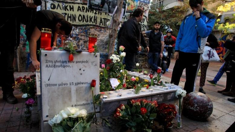 Μαθητές αφήνουν λουλούδια στο σημείο που δολοφονήθηκε ο15χρονος, τότε, μαθητής, Αλέξης Γρηγορόπουλος, στα Εξάρχεια. Φωτογραφία αρχείου. ΑΠΕ-ΜΠΕ/ΣΥΜΕΛΑ ΠΑΝΤΖΑΡΤΖΗ