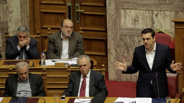 Ο πρωθυπουργός Αλέξης Τσίπρας απευθύνεται στο Κοινοβούλιο. Στο κέντρο ο αντιπρόεδρος Γιάννης Δραγασάκης. ΑΠΕ-ΜΠΕ, ΟΡΕΣΤΗΣ ΠΑΝΑΓΙΩΤΟΥ