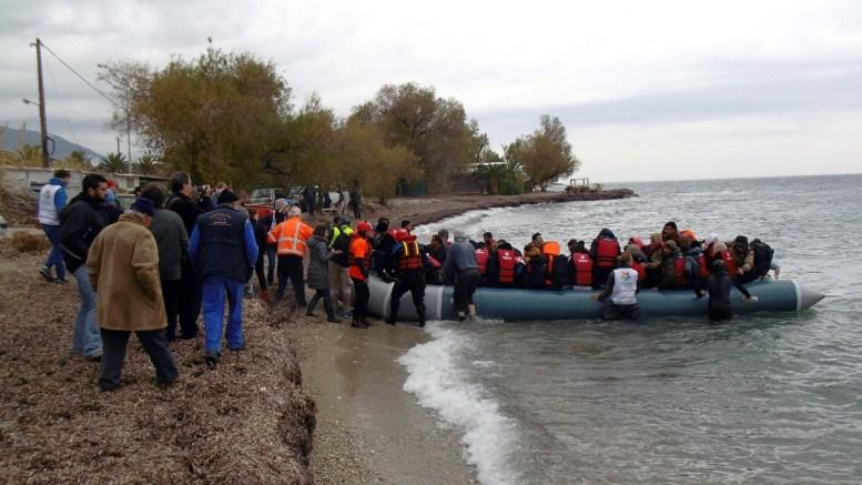 Φωτογραφία αρχείου. Πρόσφυγες και μετανάστες  φτάνουν με φουσκωτή βάρκα σε παραλία της Λέσβου από την Τουρκία. ΑΠΕ-ΜΠΕ, ΣΤΡΑΤΗΣ ΜΠΑΛΑΣΚΑΣ