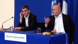 File PHOTO: Ο υπουργός Οικονομικών Ευκλείδης Τσακαλώτος (Α) και ο Γάλλος ομόλογός του Μισέλ Σαπέν (Δ) κάνουν δηλώσεις μετά την συνάντηση που είχαν στο Παρίσι. ΑΠΕ-ΜΠΕ, ΥΠΟΥΡΓΕΙΟ ΟΙΚΟΝΟΜΙΚΩΝ, STR