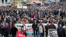 ΦΩΤΟΡΑΦΙΑ ΑΡΧΕΙΟΥ. Απεργοί κρατούν πανό και φωνάζουν συνθήματα κατά τη διάρκεια συγκέντρωσης διαμαρτυρίας στην πλατεία Συντάγματος. ΑΠΕ-ΜΠΕ, Παντελής Σαίτας
