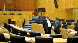 Ο κ. Αβέρωφ Νεοφύτου του ΔΗΣΥ με τον κ. Ανδρο Κυπριανού του ΑΚΕΛ στη Βουλή. ΦΩΤΟΓΡΑΦΙΑ ΦΙΛΕΛΕΥΘΕΡΟΣ