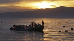File Photo: Σκάφος της FRONTEX συνοδεύει πρόσφυγες και μετανάστες που έφτασαν με φουσκωτή βάρκα σε παραλία της Μυτιλήνης, Λέσβος. Φωτογραφία Αρχείου: ΑΠΕ-ΜΠΕ, ΟΡΕΣΤΗΣ ΠΑΝΑΓΙΩΤΟΥ