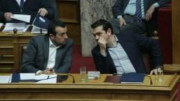 ΦΩΤΟΓΡΑΦΙΑ ΑΡΧΕΙΟΥ: Ο πρωθυπουργός Αλέξης Τσίπρας (Δ) μιλά με τον υπουργό Επικρατείας Νίκο Παππά (Α) στην Ολομέλεια της Βουλής για τις τηλεοπτικές άδειες. ΑΠΕ-ΜΠΕ, Αλεξανδρος Μπελτές