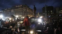 Αγρότες με τα τρακτέρ τους μπροστά από τη Βουλή κατά τη διάρκεια της συγκέντρωσης διαμαρτυρίας, την Παρασκευή 12 Φεβρουαρίου 2016. Αγρότες από όλη την Ελλάδα έχουν προγραμματίσει διήμερη διαμαρτυρία στο Σύνταγμα ζητώντας την απόσυρση του σχεδίου για το ασφαλιστικό, την κατάργηση της φορολόγησης από το πρώτο ευρώ, την κατάργηση του ειδικού φόρου κατανάλωσης στο κρασί καθώς και την καθιέρωση αφορολόγητου πετρελαίου. ΑΠΕ-ΜΠΕ/ΓΙΑΝΝΗΣ ΚΟΛΕΣΙΔΗΣ