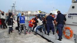 Πρόσφυγες αποβιβάζονται από σκάφος του Λιμενικού στο εμπορικό λιμάνι της Μυτιλήνης. Φωτογραφία Αρχείου. ΑΠΕ-ΜΠΕ/ΠΑΝΑΓΙΩΤΗΣ ΜΠΑΛΑΣ