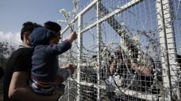 ΦΩΤΟΓΡΑΦΙΑ ΑΡΧΕΙΟΥ: Πρόσφυγες και μετανάστες αφήνουν λουλούδια στο φράχτη στον καταυλισμό προσφύγων της Ειδομένης, στα σύνορα της Ελλάδος με τη ΠΓΔΜ, την Τρίτη 1 Μαρτίου 2016, περιμένοντας να πάρουν την άδεια να περάσουν στη γειτονική χώρα. ΑΠΕ-ΜΠΕ, ΣΥΜΕΛΑ ΠΑΝΤΖΑΡΤΖΗ
