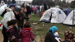 Φωτογραφία που εικονίζει πρόσφυγες και μετανάστες έξω από τις σκηνές τους στον καταυλισμό προσφύγων της Ειδομένης. ΑΠΕ-ΜΠΕ/ΣΥΜΕΛΑ ΠΑΝΤΖΑΡΤΖΗ