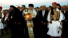 Με τιμές αρχηγού κράτους, Άγημα των Ενόπλων Δυνάμεων υποδέχθηκε στον Διεθνή Αερολιμένα «Ελ. Βενιζέλος», επισήμως το Άγιο Φως, το οποίο «ταξίδεψε» από τα Ιεροσόλυμα συνοδεία ελληνικής αντιπροσωπείας, με επικεφαλής τον υφυπουργό Εξωτερικών Γιάννη Αμανατίδη. Φωτογραφία ΕΘΝΟΣ