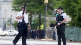 File PHOTO: Αμερικανοί αστυνομικοί περιπολούν έξω από τον Λευκό Οίκο. EPA, MICHAEL REYNOLDS