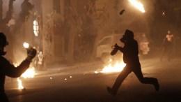 Επίθεση με βόμβες μολότοφ, σε διμοιρία των ΜΑΤ στην Αθήνα. ΦΩΤΟΓΡΑΦΙΑ ΑΡΧΕΙΟΥ. ΑΠΕ-ΜΠΕ/ΓΙΑΝΝΗΣ ΚΟΛΕΣΙΔΗΣ