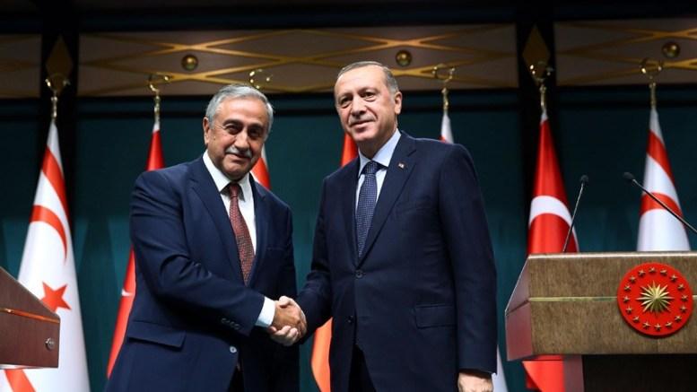 FILE PHOTO: Ο ισλαμιστής πρόεδρος της Τουρκίας Ταγίπ Ερντογάν με τον κατοχικό ηγέτη Μουσταφά Ακιντζί. Φωτογραφία ΤΟΥΡΚΙΚΗ ΠΡΟΕΔΡΙΑ