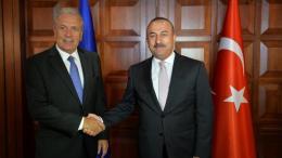 Ο Δημήτρης Αβραμόπουλος με τον Μεβλούτ Τσαβούσογλου στην Άγκυρα. Φωτογραφία EPA