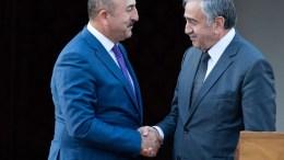 Ο Τούρκος ΥΠΕΞ Μεβλούτ Τσαβούσογλου με τον κατοχικό ηγέτη Μουσταφά Ακιντζί.Φωτογραφία ΚΥΠΕ