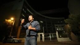 Ο δημοσιογράφος του ομίλου ΣΚΑΪ, Νίκος Υποφάντης δίνει το ρεπορτάζ στο κανάλι του έξω από το κτίριο της ΓΓΕΕ, όπου μέσα επιχειρηματίες και εκπρόσωποι των επιχειρηματικών σχημάτων διεκδικούσαν τις τέσσερις άδειες, Πέμπτη 1 Σεπτεμβρίου 2016. ΑΠΕ-ΜΠΕ, ΣΥΜΕΛΑ ΠΑΝΤΖΑΡΤΖΗ