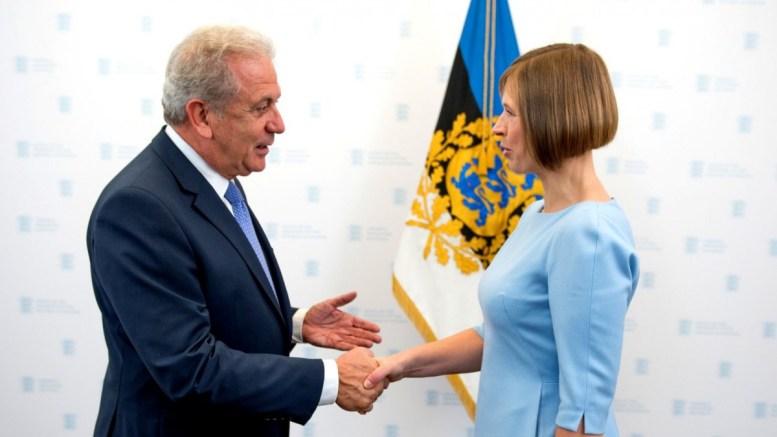 Φωτογραφία που δόθηκε σήμερα στη δημοσιότητα και εικονίζει τον Επίτροπο Μετανάστευσης, Εσωτερικών Υποθέσεων και Ιθαγένειας Δημήτρη Αβραμόπουλο να συναντάται με την Πρόεδρο της Δημοκρατίας της Εσθονιας Kersti Kaljulaid, την Δευτέρα 17 Οκτωβρίου 2016, ενόψει και της επικείμενης ανάληψης της Προεδρίας του Συμβουλίου της ΕΕ από την Εσθονία, Τρίτη 18 Οκτωβρίου 2016. ΑΠΕ-ΜΠΕ/STR