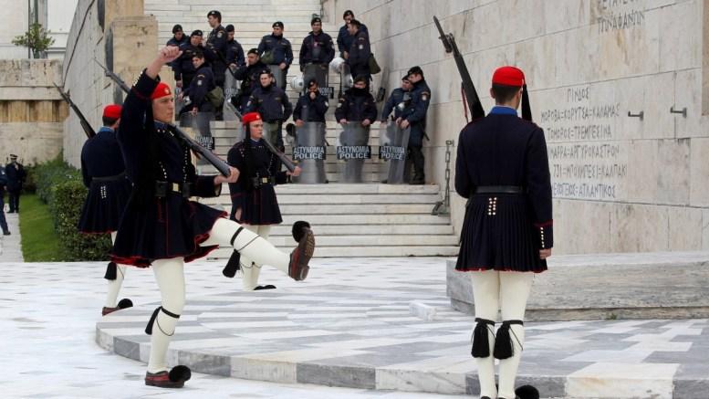 Κουκουλοφόρος πέταξε μολότοφ κοντά στις σκοπιές των Ευζώνων, στο Μνημείο του Άγνωστου Στρατιώτη. ΑΠΕ-ΜΠΕ/Παντελής Σαΐτας