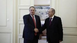 Ο υπουργός Εξωτερικών, Νίκος Κοτζιάς (Α), ανταλλάσει χειραψία με τον υπουργό Εξωτερικών της Κυπριακής Δημοκρατίας, Ιωάννη Κασουλίδη (Δ). ΑΠΕ-ΜΠΕ, ΓΙΑΝΝΗΣ ΚΟΛΕΣΙΔΗΣ