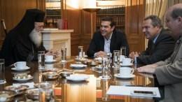 Ο πρωθυπουργός Αλέξης Τσίπρας (Κ) συνομιλεί με τον Αρχιεπίσκοπο Ιερώνυμο (Α) ενώ παρακολουθούν, ο υπουργός Εθνικής Άμυνας Πάνος Καμένος (2Δ) και ο υπουργός Παιδείας, Έρευνας και Θρησκευμάτων Νίκος Φίλης (Δ) σε συνάντηση που είχαν στο Μέγαρο Μαξίμου, την Τετάρτη 5 Οκτωβρίου 2016. ΑΠΕ-ΜΠΕ/ΓΡΑΦΕΙΟ ΤΥΠΟΥ ΠΡΩΘΥΠΟΥΡΓΟΥ/Andrea Bonetti