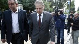 Ο πρώην υπουργός της Νέας Δημοκρατίας, Βύρων Πολύδωρας (K), αποχωρεί από το Μέγαρο Μαξίμου, Αθήνα, Σάββατο 29 Οκτωβρίου 2016. O πρώην υπουργός είναι πρόταση του ΣΥΡΙΖΑ και των Ανεξάρτητων Ελλήνων για τη θέση του προέδρου του Εθνικού Συμβουλίου Ραδιοτηλεόρασης. ΑΠΕ-ΜΠΕ, ΣΥΜΕΛΑ ΠΑΝΤΖΑΡΤΖΗ