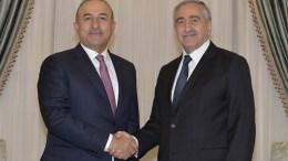 Ο Τούρκος ΥΠΕΞ Τσαβούσογλου με τον κατοχικό ηγέτη Ακιντζί. Φωτογραφία ΚΥΠΕ.