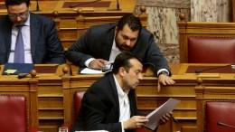 Ο υπουργός Επικρατείας Νίκος Παππάς συνομιλεί με τον γενικό γραμματέα Ενημέρωσης Λευτέρη Κρέτσο. ΑΠΕ-ΜΠΕ, Παντελής Σαίτας
