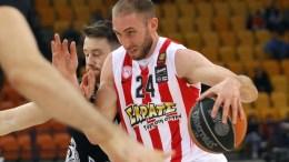 Ο Ματ Λοτζέσκι παίκτης του Ολυμπιακού (Δ) που έχει τη μπάλα μαρκάρετε από τον Τάιλερ Καλινόσκι παίκτης της Πάτρας (Α) κατά τη διάρκεια του αγώνα της Basket League Ελλάδας μεταξύ των ομάδων του Ολυμπιακού και της Πάτρας, στο Στάδιο Ειρήνης και Φιλίας.  Κυριακή 13 Νοεμβρίου 2016. Τελικό αποτέλεσμα Ολυμπιακός Απόλλων Πάτρας 83 - 55. ΑΠΕ ΜΠΕ/ΑΠΕ ΜΠΕ/ΣΠΥΡΟΣ ΧΟΡΧΟΥΜΠΑΣ