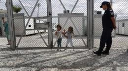 Παιδιά πρόσφυγες στέκονται μέσα στον νέο χώρο προσωρινής φιλοξενίας οικογενειών προσφύγων- μεταναστών, στις αστυνομικές εγκαταστάσεις της Αμυγδαλέζας. ΑΠΕ-ΜΠΕ/ΓΙΑΝΝΗΣ ΚΟΛΕΣΙΔΗΣ
