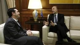 Ο πρωθυπουργός Αλέξης Τσίπρας (Α) μιλάει με τον επίτροπο Οικονομικών Υποθέσεων της ΕΕ, Πιερ Μοσκοβισί (Δ), Αθήνα Δευτέρα 28 Νοεμβρίου 2016. Διήμερη επίσκεψη στη χώρα μας πραγματοποιεί από σήμερα ο επίτροπος Οικονομικών Υποθέσεων της ΕΕ, Πιερ Μοσκοβισί. ΑΠΕ-ΜΠΕ/ΓΙΑΝΝΗΣ ΚΟΛΕΣΙΔΗΣ