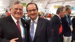 Ο πρέσβης Κυριάκος Αμοιρίδης με τον Γάλλο Πρόεδρο Ολάντ στην Βραζιλία. Φωτογραφία Ολυμπιακή Επιτροπή