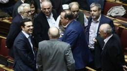 File Photo: Βουλευτές του ΣΥΡΙΖΑ συγχαίρουν τον πρωθυπουργό Αλέξη Τσίπρα (Α) κατά τη διάρκεια της ψηφοφορίας για τον προϋπολογισμό του κράτους για το οικονομικό έτος 2017, στη Βουλή, Αθήνα Σάββατο 10 Δεκεμβρίου 2016 ΑΠΕ-ΜΠΕ, ΓΙΑΝΝΗΣ ΚΟΛΕΣΙΔΗΣ
