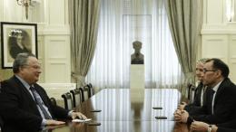 Ο Ελληνας υπουργός Εξωτερικών Νίκος Κοτζιάς με τον αξιωματούχο του ΟΗΕ Άιντα. Φωτογραφία ΚΥΠΕ