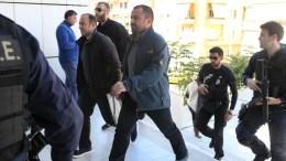 Αστυνομικοί συνοδεύουν στον εισαγγελέα Εφετών τους 8 αξιωματικούς του Τουρκικού Στρατού, που έχουν ζητήσει πολιτικό άσυλο στην Ελλάδα. ΑΠΕ-ΜΠΕ/ΠΑΝΤΕΛΗΣ ΣΑΪΤΑΣ