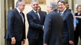 Ο Γενικός Γραμματέας του ΟΗΕ Αντόνιο Γκουτέρες με τον Πρόεδρο της Δημοκρατίας κ. Νίκο Αναστασιάδη και τον κατοχικό ηγέτη κ. Μουσταφά Ακιντζί στη Γενεύη της Ελβετίας, πριν από την έναρξη της Διάσκεψης για το Κυπριακό, Πέμπτη 12 Ιανουαρίου 2017. ΚΥΠΕ, ΚΑΤΙΑ ΧΡΙΣΤΟΔΟΥΛΟΥ