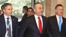 ΦΩΤΟΓΡΑΦΙΑ ΑΡΧΕΙΟΥ. Ο Τούρκος Υπουργός Εξωτερικών, Μεβλούτ Τσαβούσογλου στη Διάσκεψη για το Κυπριακό στη Γενεύη. ΚΥΠΕ, ΚΑΤΙΑ ΧΡΙΣΤΟΔΟΥΛΟΥ