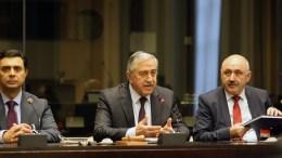 File Photo: Ο Μουσταφά Ακιντζί σε διάσκεψη Τύπου στη Γενεύη της Ελβετίας, Παρασκεύη 13 Ιανουαρίου 2017. Δεξιά του ο εκπρόσωπός του Μπορίς Μπουρτζιού και αριστερά του ο διαπραγματευτής Ναμί. ΚΥΠΕ, ΚΑΤΙΑ ΧΡΙΣΤΟΔΟΥΛΟΥ