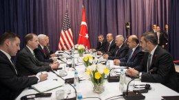 Ο αντιπρόεδρος των Ηνωμένων Πολιτειών Μάικ Πενς με τον Tούρκο πρωθυπουργό Μπιναλί Γιλντιρίμ στη συνάντηση των αντιπροσωπειών. Φωτογραφία από το Γραφείο του ΠΡΩΘΥΠΟΥΡΓΟΥ ΤΗΣ ΤΟΥΡΚΙΑΣ