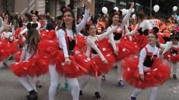 Μικροί καρναβαλιστές παρελαύνουν στους δρόμους της Πάτρας,  για το καρναβάλι των μικρών, Κυριακή 19 Φεβρουαρίου 2017. Η παρέλαση του καρναβαλιού των παιδιών ξεκίνησε λίγο μετά τις 11:00 το πρωί με τη δημοτική μουσική και τη μασκότ του καρναβαλιού, τον «Τζίτζικα». Ακολούθησαν τα άρματα «Προπομπός Κιθαρίστας», «Ο Ποσειδώνας», «Ξαφνικά ένας Παπαγάλος», «Τραινάκι», «Πειρατικό Καράβι»,«Γάτος με ξίφος», «Γίγαντας και Κοκκινοσκουφίτσα» και το «Μουσικό 'Αρμα».Μετά, τα άρματα άρχισαν να παρελαύνουν για περισσότερες από δύο ώρες, οι 95 ομάδες όπου συμμετείχαν περισσότερα από 10.000 παιδιά.Μάλιστα κάποιες από τις ομάδες συνοδεύονταν από άρματα και καρναβαλικές κατασκευές.Η μεγάλη παρέλαση του καρναβαλιού των παιδιών ολοκληρώθηκε λίγο μετά τις 13:00 με τα άρματα του σοκολατοπόλεμου.Μέλη και των πέντε συλλόγων των «σοκολατοριχτών» έριξαν προς τους θεατές πολλές σοκολάτες, τηρώντας για μια ακόμη χρονιά το καρναβαλικό αυτό έθιμο. ΑΠΕ-ΜΠΕ/ΑΠΕ-ΜΠΕ/ΓΙΩΤΑ ΚΟΡΜΠΑΚΗ