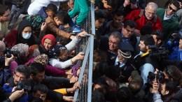 Ο κ. Μουζάλας σχετικά με τις επιστροφές στην Τουρκία παραδέχθηκε ότι υπάρχει μια αδυναμία αφού όταν εκδίδεται δευτεροβάθμια απόφαση για κάποιο άτομο, πιθανόν να έχει φύγει από τη δομή φιλοξενίας. ΑΠΕ-ΜΠΕ, ΟΡΕΣΤΗΣ ΠΑΝΑΓΙΩΤΟΥ