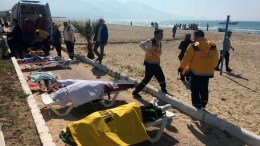 Members of Turkish emergency services work near body of refugee that drowned during a failed attempt to sail to the Kusadasi island in the coastal town of Aydin city, Turkey, 24 March 2017. According to local media, at least 11 people died. EPA, STRINGER ATTENTION EDITORS: PICTURE CONTAINS GRAPHIC CONTENT. TURKEY OUT