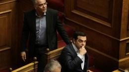 Ο πρωθυπουργός Αλέξης Τσίπρας (Δ), ο υπουργός Εσωτερικών Πάνος Σκουρλέτης (Κ) και ο αντιπρόεδρος της Κυβέρνησης Γιάννης Δραγασάκης (Α) παρίστανται σε συζήτηση στη Ολομέλεια της Βουλής. ΑΠΕ-ΜΠΕ, ΣΥΜΕΛΑ ΠΑΝΤΖΑΡΤΖΗ