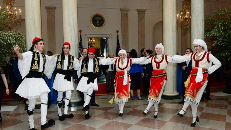 Ελληνόπουλα της Αμερικής χορεύουν ελληνικούς χορούς στον Λευκό Οίκο. Φωτογραφία ΔΗΜΗΤΡΗΣ ΠΑΝΑΓΟΣ