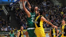 Ο Δημήτρης Μαυροειδής παίκτης της ΑΕΚ (Δ) και ο Γιάννης Μπουρούσης παίκτης του Παναθηναϊκού (Α) διεκδικούν την μπάλα κατά τη διάρκεια του αγώνα Basket League μεταξύ των ομάδων της ΑΕΚ και του Παναθηναϊκού στο Ο.Α.Κ.Α. Κυριακή 26 Μαρτίου 2017. Ο Παναθηναϊκός νίκησε με σκορ 106 – 87. ΑΠΕ ΜΠΕ, ΣΠΥΡΟΣ ΧΟΡΧΟΥΜΠΑΣ