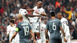epa05852773 Besiktas' Ryan Babel (C) celebrates with his teammates after scoring the 2-0 lead during the UEFA Europa League round of 16, second leg soccer match between Besiktas Istanbul and Olympiacos Piraeus in Istanbul, Turkey, 16 March 2017. EPA/SEDAT SUNA
