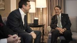 Ο πρωθυπουργός Αλέξης Τσίπρας (Α) συνομιλεί με τον πρόεδρο της Κύπρου Νίκο Αναστασιάδη (Δ). ΦΩΤΟΓΡΑΦΙΑ ΑΡΧΕΙΟΥ. ΑΠΕ-ΜΠΕ/ΓΡΑΦΕΙΟ ΤΥΠΟΥ ΠΡΩΘΥΠΟΥΡΓΟΥ/Andrea Bonetti