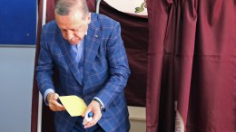Turkish President Recep Tayyip Erdogan casts his vote at a polling station for a referendum on the constitutional reform in Istanbul, Turkey, 16 April 2017. EPA, TOLGA BOZOGLU